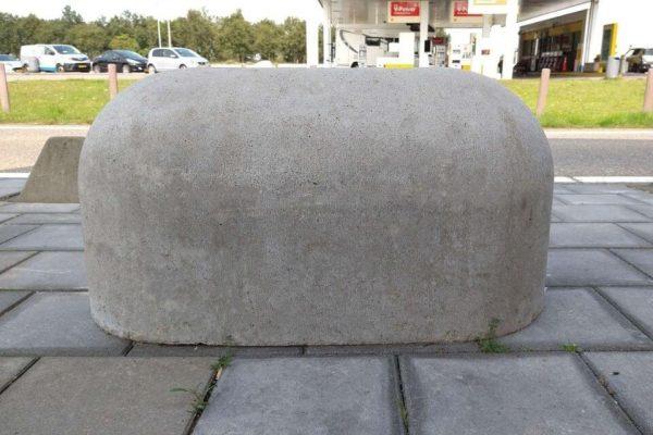 Grijs jumboblok bij tankstation