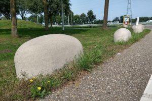 Grijze jumboblokken in grasveld