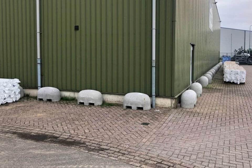 Jumboblokken met lepelgaten als aanrijdbeveiliging en stootblokken