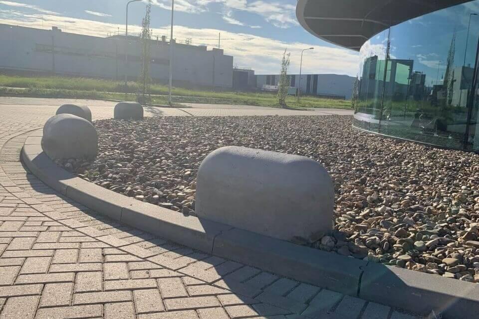Betonnen jumboblokken langs de weg